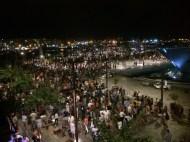 Centenares de personas se congregaron en el puerto de Ibiza para ver el castillo de fuegos artificiales.