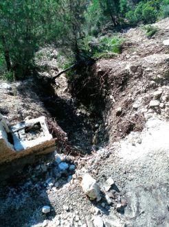 El suelo presenta boquetes tras el deslizamiento de la ladera.