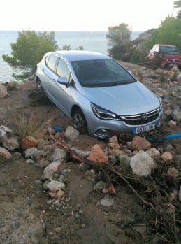 Un vehículo atrapado en Es Cubells tras las lluvias.