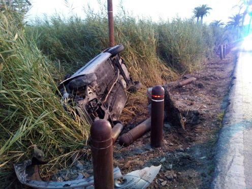 Imagen del vehículo volcado fuera de la vía