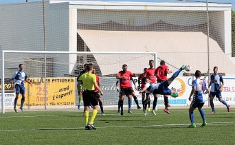 Imagen del partido jugado en el campo de Sant Francesc. Fotos: Guillem Romaní