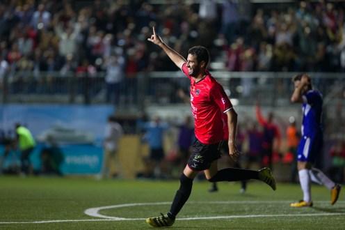 Liñán celebrando el primer gol que ha estrenado el marcador. Foto: Paco Natera (Fútbol Pitiuso)