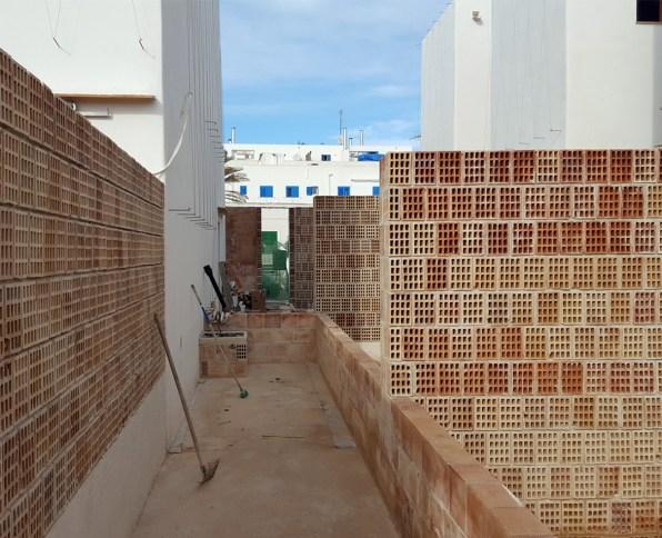 """Ejecución de los muros medianeros """"permeables"""" entre patios"""