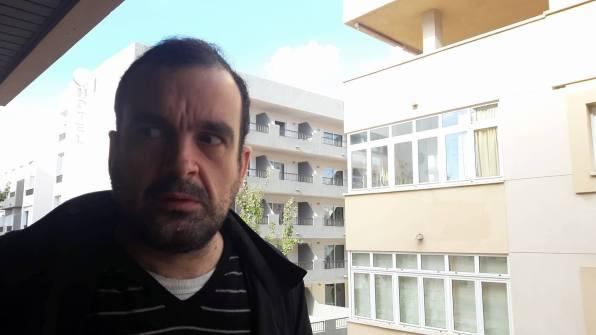 El director de cine Nacho Vigalondo, poniendo cara de ''Nosferatu'' durante la entrevista