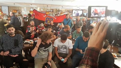 Los jugadores del Formentera siguen el sorteo en directo