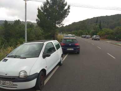 Coches mal estacionados en la carretera de Sant Joan.
