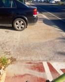 Coches en el carril bici de Santa Gertrudis.