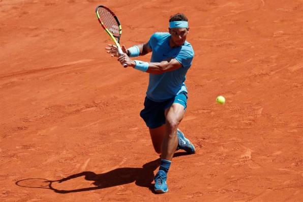 El tenista español Rafael Nadal recibe la bola del argentino Diego Schwartzman durante su partido de cuartos de final de Roland Garros que ambos disputaron en París, Francia, hoy, 7 de junio de 2018. EFE/ Guillaume Horcajuelo
