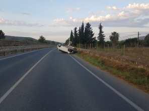 Un coche volcado en la carretera de Santa Gertrudis.