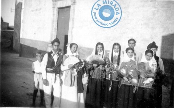 Grupo de jóvenes de la ciudad vestidos con trajes antiguos de Ibiza, subiendo a la Catedral el 5 de agosto de 1935. Archivo Manolita Riera Mayans.