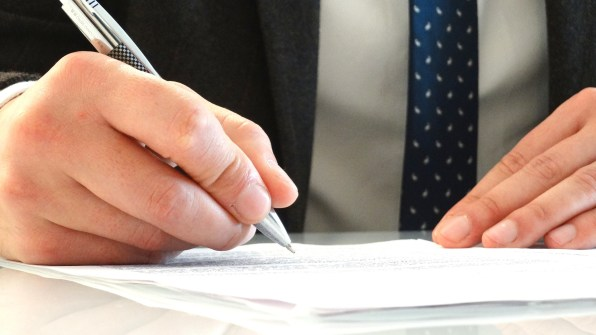 Foto de archivo de la firma de un contrato. PXHERE