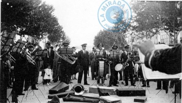 La Banda Municipal de Música de Eivissa durante uno de sus conciertos en el paseo de Vara de Rey. Año 1955. Archivo Victorino Planells.
