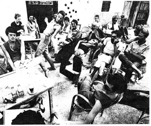 Un grupo de beatniks en el Bar Dominó del Puerto de Eivissa. Década de 1960-Foto revista Triunfo.