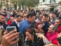 Sánchez saluda a la gente en Vara de Rey. Foto V. Torres