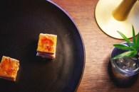 Milhojas caramelizado de foie, anguila ahumada y manzana verde