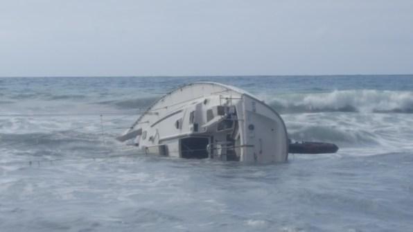 Estado en el que se encontraba el barco ayer. Foto: E. Cardona.