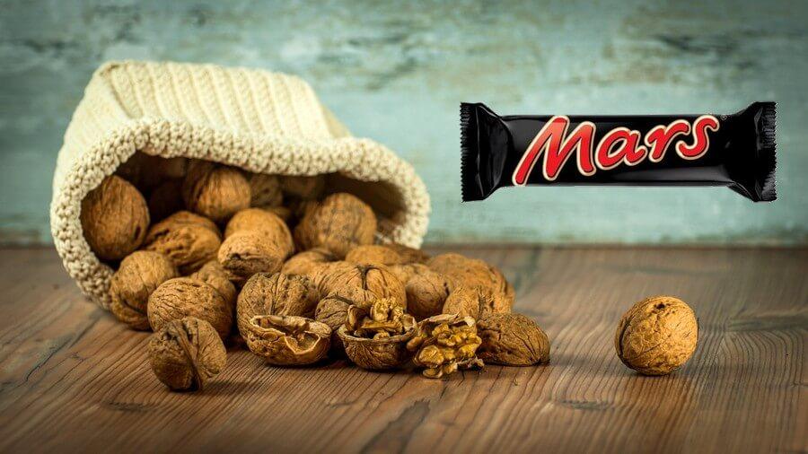 Différence des calories entre des noix et une barre de mars