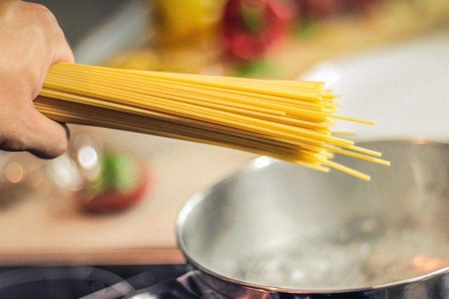 spaghetti au dessus d'une casserole bouillante