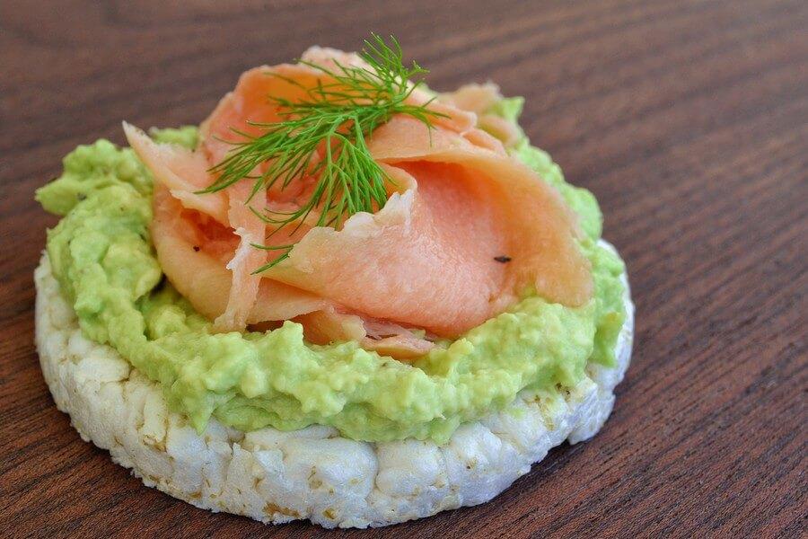 saumon, avocat et galette de riz