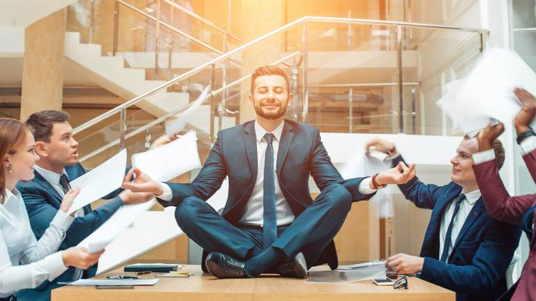 Covek-na-Poslu-Sedi-i-Meditira-Multitasking-Vodic-Za-Bolju-Koncentraciju-Nouvellune-Zynamik