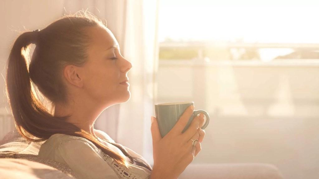 Devojka-Pije-Kafu-Sunce-Jutro-Koncentracija-Nouvellune-Zynamik