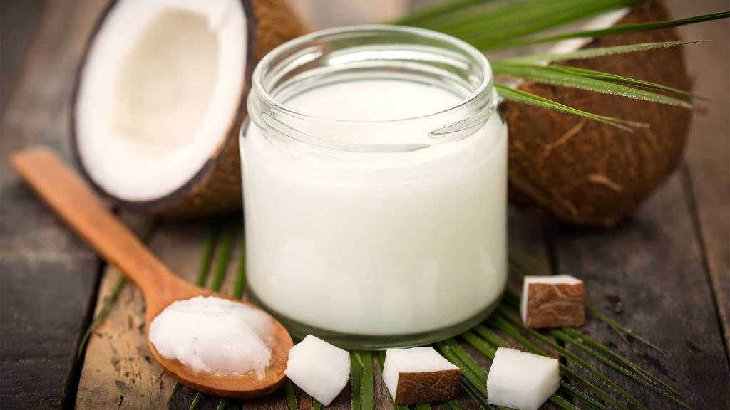 Kokosovo-Ulje-U-bocici-i-Kokos-Biljka-4-Najbolja-Prirodna-Rešenja-Protiv-Kandide-U-Ustima