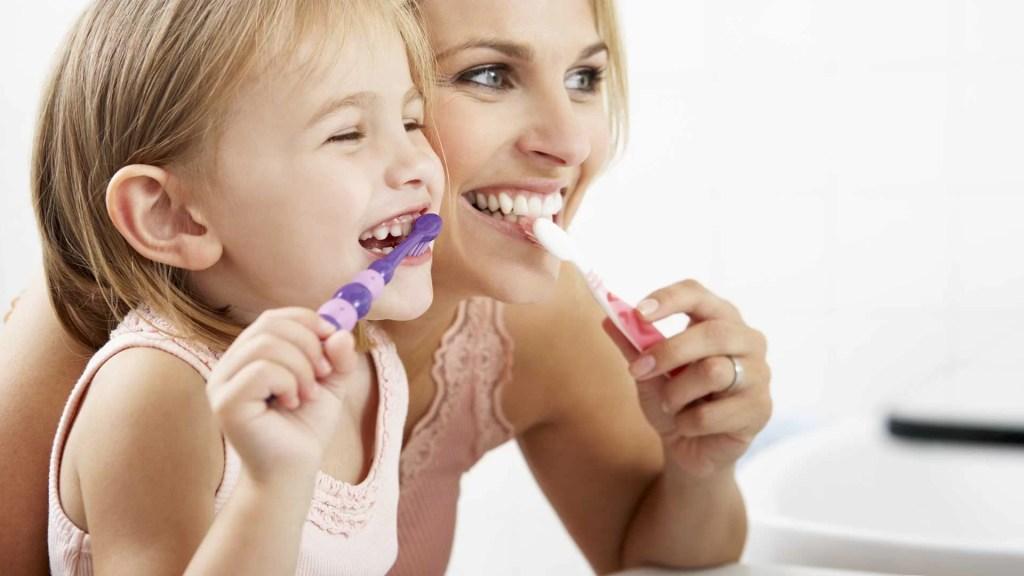 Mama-I-Dete-Peru-Zube-i-Smeju-se-4-Najbolja-Prirodna-Rešenja-Protiv-Kandide-U-Ustima-Canberrol-Nouvellune.jpg