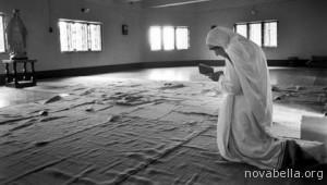 1420-mother-teresa-prays-at-missionary-esp_imgcache_rev1306159723757