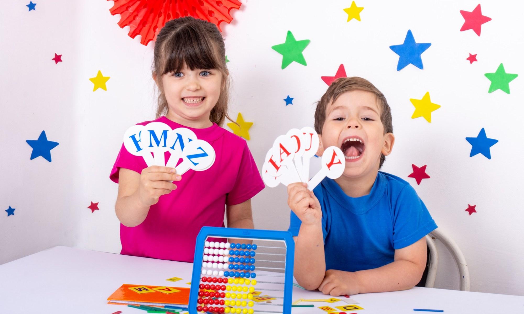 i bambini che ridono imparano l'inglese