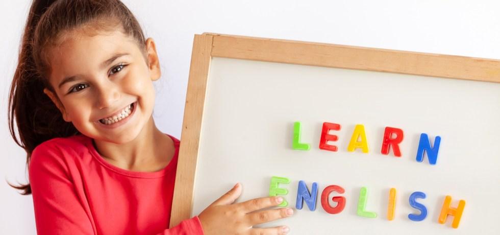 bambino con una lavagna che impara l'inglese