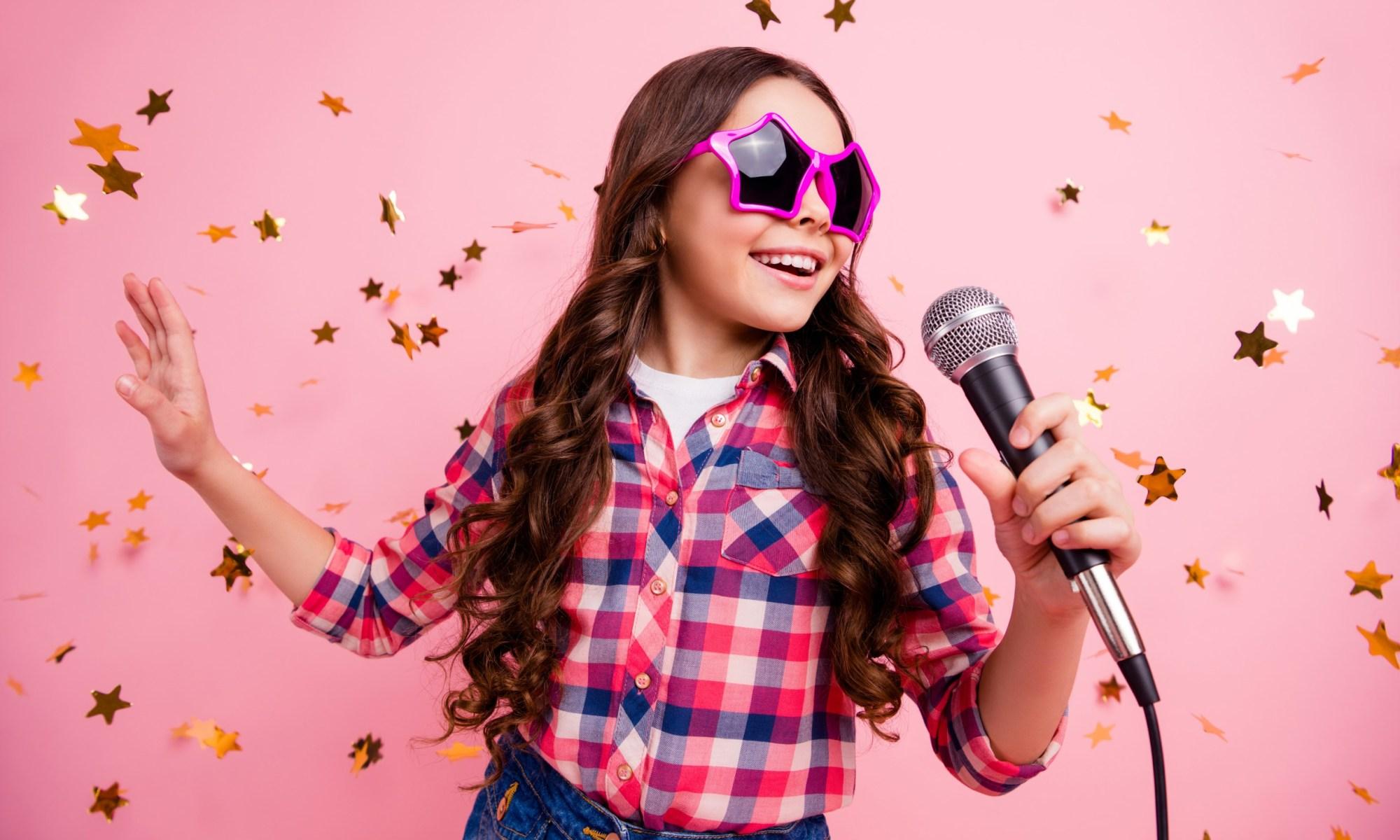 bella ragazza pazza attraente e attraente divertiti a visitare l'evento futuro musicista