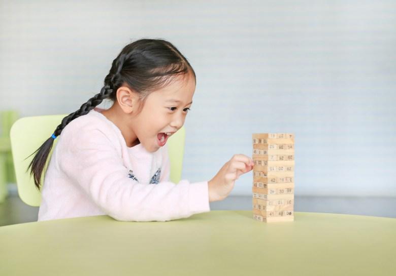 Dziewczynka ucząca się przez zabawę