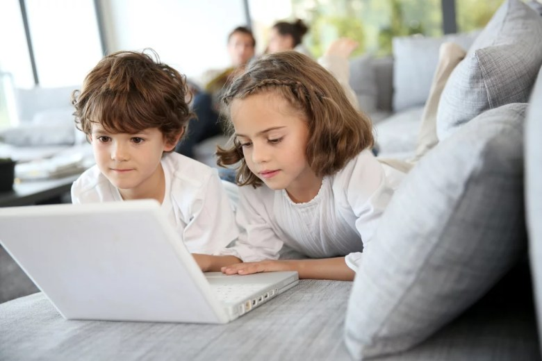 dzieci z laptopem