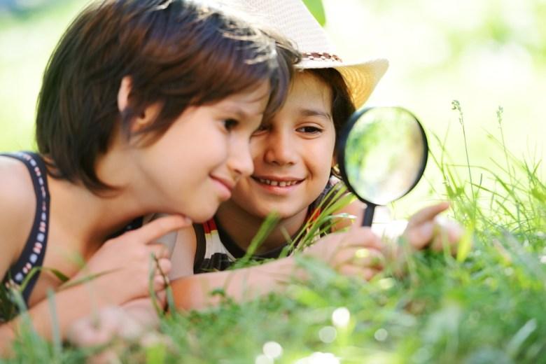 dzieci ze szkłem powiększającym