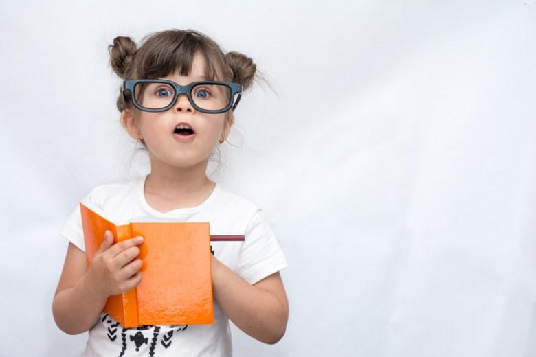 młoda dziewczynka z książką