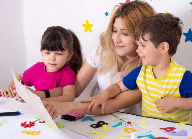 mama uczy dzieci