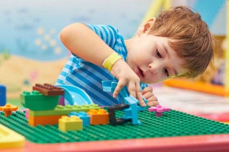 zabawy z dzieckiem–budowanie z klocków