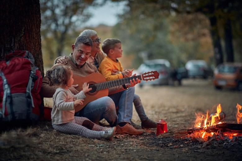 rodzina śpiewa jesienne piosenki