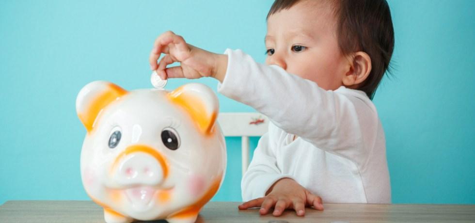 dziecko oszczędzające pieniądze