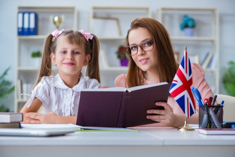 Dziecko uczy się angielskiego z nauczycielką