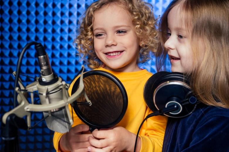 Dziewczynki nagrywają podcast