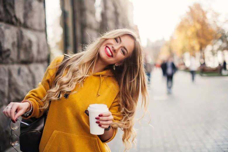 szczęśliwa kobieta z kawą