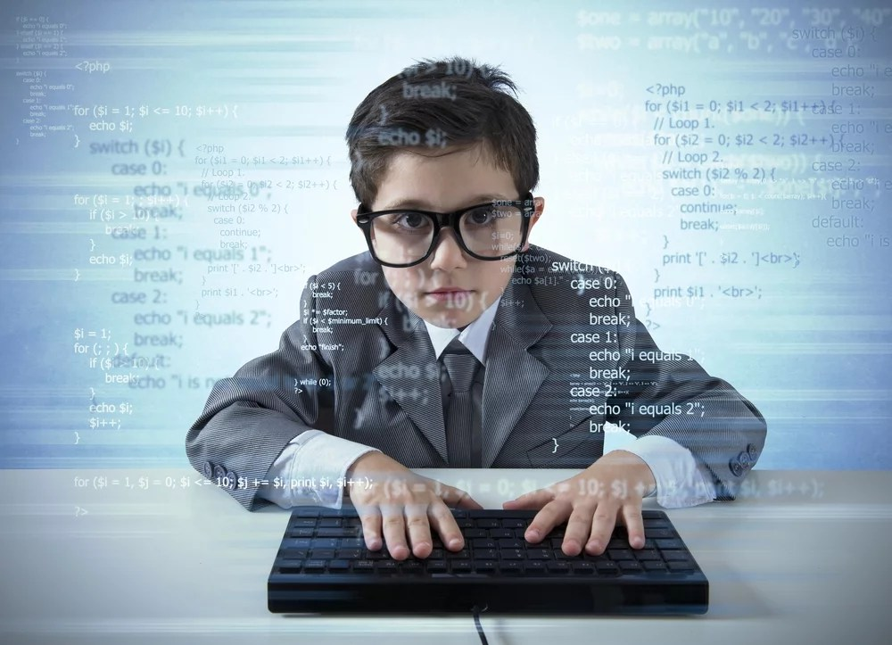 programujący chłopiec