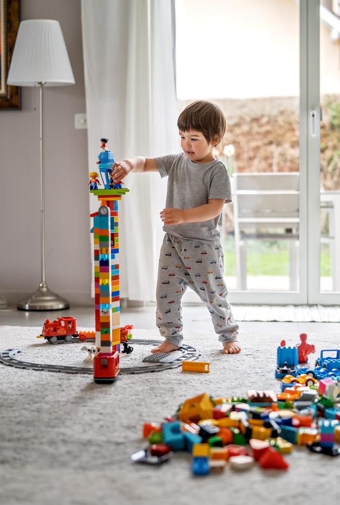 dziecko bawiące się Lego