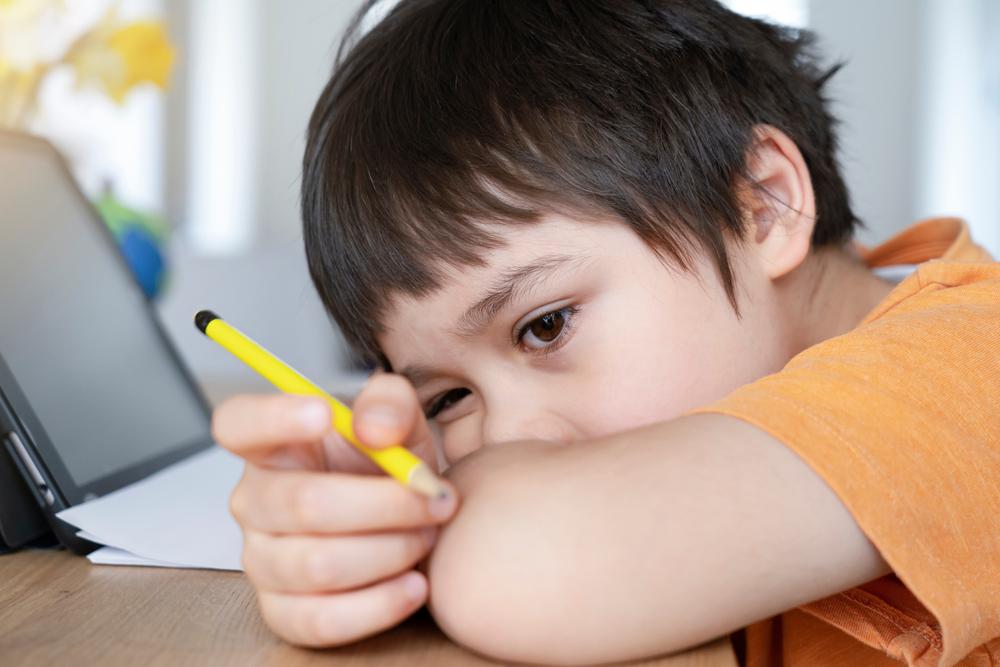 smutne dziecko przy nauce