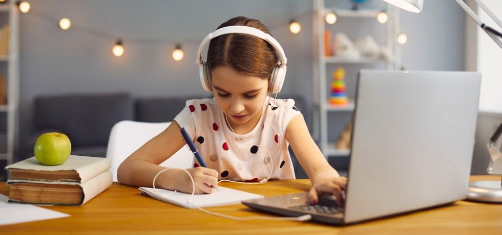 dziecko uczące się od muzyki