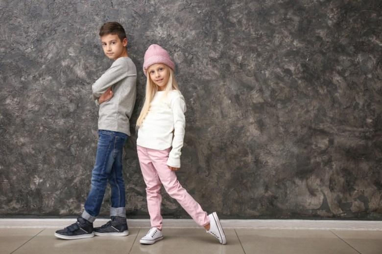 Dzieci w długich spodniach i z długimi rękawami