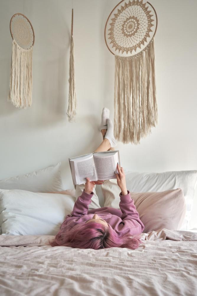 łapacze snów nad łóżkiem w pokoju dziewczynki