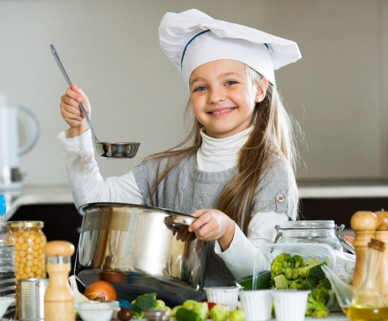gotująca dziewczynka