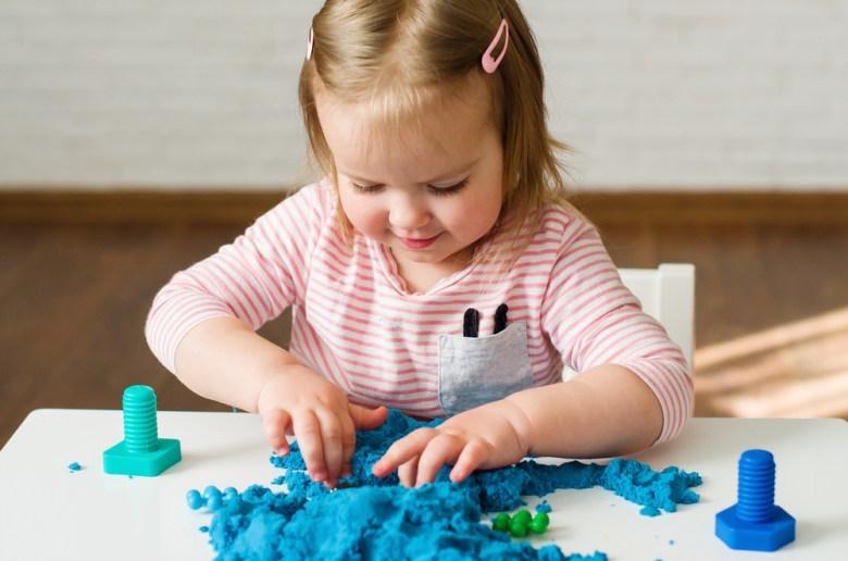 zabawy sensoryczne - piasek kinetyczny